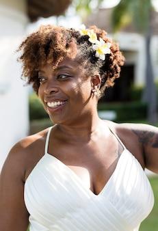 Mooie afrikaanse amerikaanse bruid die wordt gehuwd
