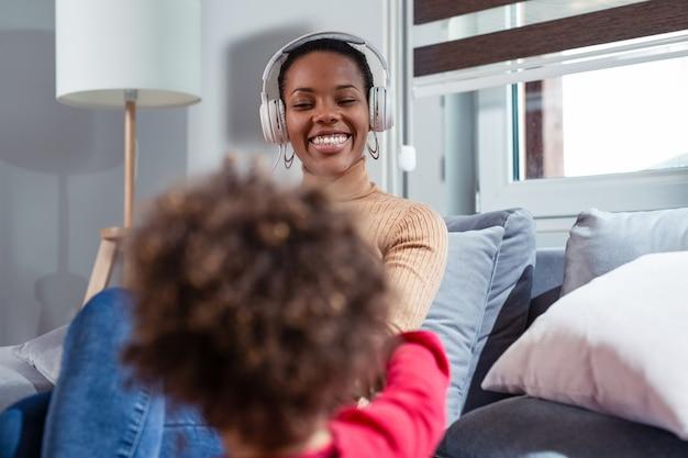 Mooie afrikaanse amerikaanse vrouw die en aan muziek ontspant luistert
