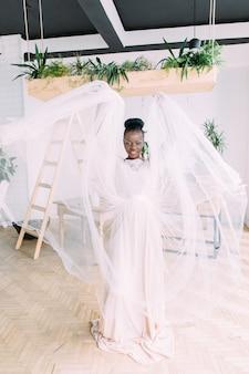 Mooie afrikaanse bruid met tropische boeket in de studio