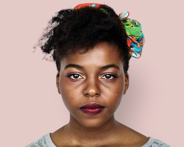 Mooie afrikaanse jonge vrouw, gezichtsportret