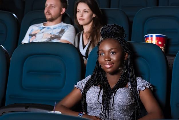 Mooie afrikaanse vrouw die van een film geniet