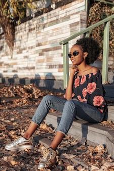 Mooie afrikaanse vrouw die weg kijkt