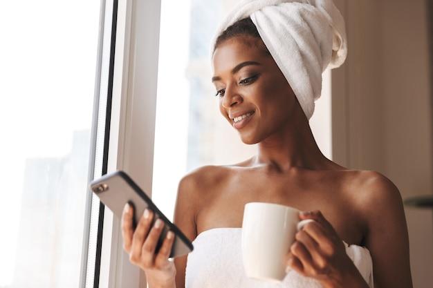 Mooie afrikaanse vrouw gewikkeld in een handdoek