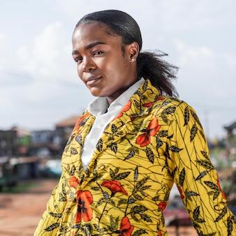 Mooie afrikaanse vrouw in bloemen vacht buitenshuis