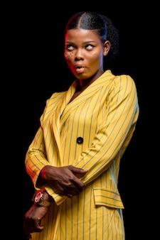 Mooie afrikaanse vrouw in geel jasje