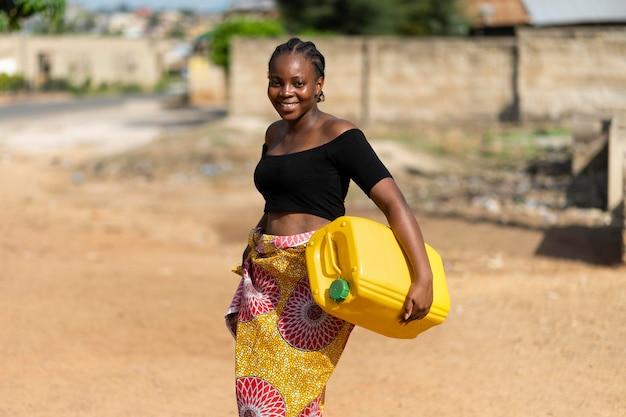 Mooie afrikaanse vrouw met een waterontvanger