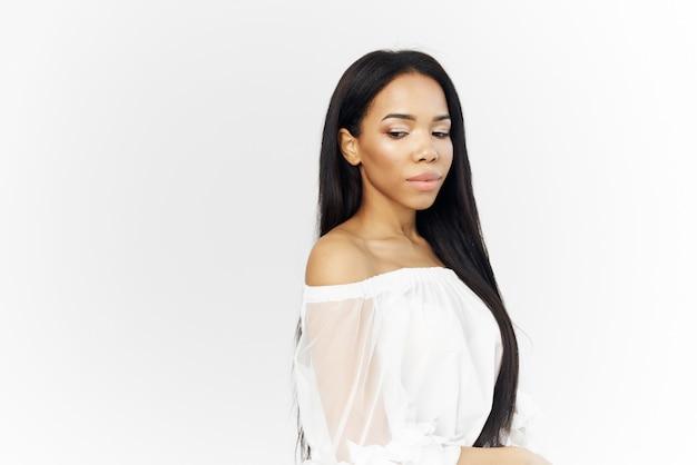 Mooie afrikaanse vrouw met gezicht cosmetica glamour close-up