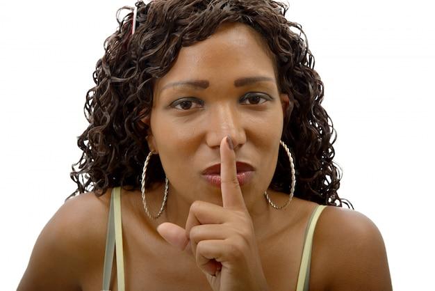 Mooie afrikaanse vrouw met vinger op haar lippen