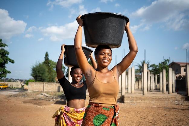 Mooie afrikaanse vrouwen die water halen