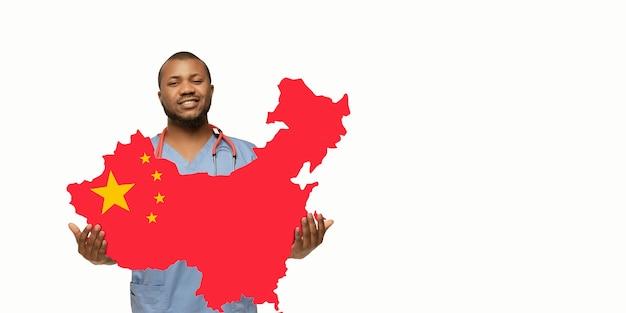 Mooie afro-amerikaanse arts geeft om china over witte studioachtergrond. kopieerruimte. concept van gezondheidszorg en geneeskunde, zorg, behandeling, diagnostiek tijdens de uitbraak van het coronavirus.