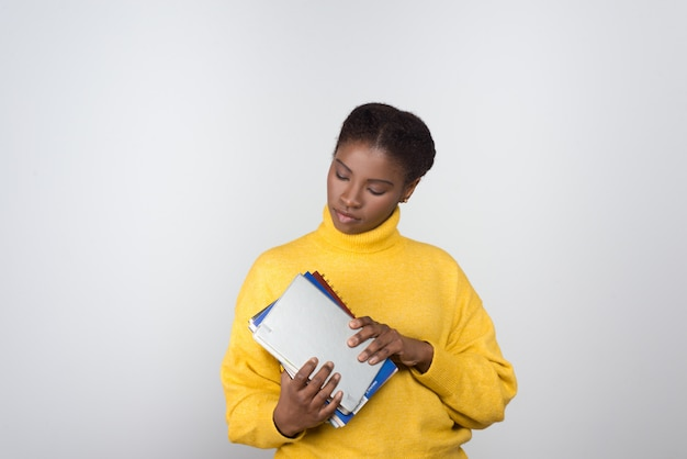 Mooie afro-amerikaanse student bedrijf blocnotes