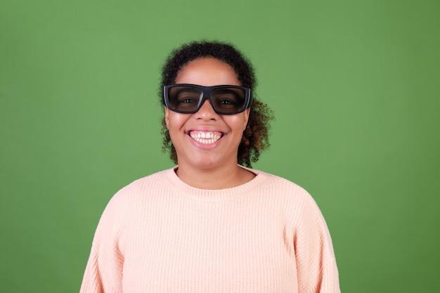 Mooie afro-amerikaanse vrouw op groene muur met 3d-bioscoopbril gelukkig vrolijk positief