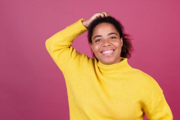 Mooie afro-amerikaanse vrouw op roze muur gelukkig lachend vrolijk positief