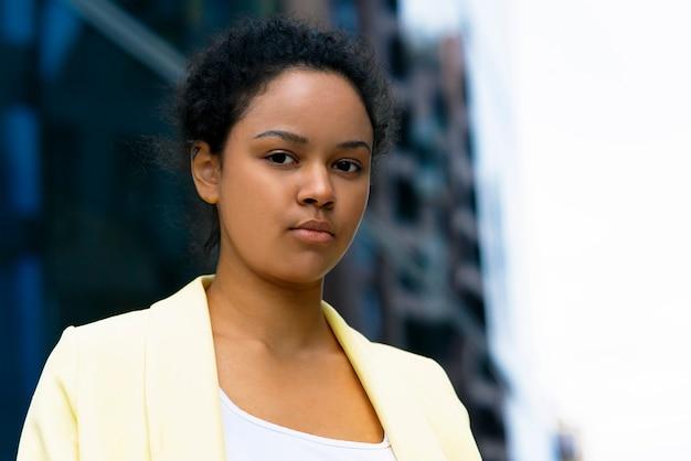 Mooie afro-amerikaanse zwarte zakenvrouw, close-up portret van tevreden zwarte vrouw