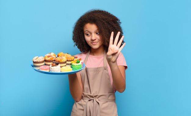 Mooie afro-tiener die lacht en er vriendelijk uitziet, nummer vier of vierde toont met de hand naar voren, aftellend