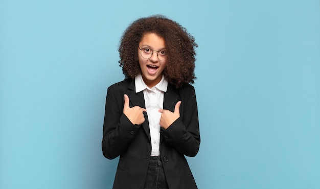 Mooie afro-tiener die zich gelukkig voelt
