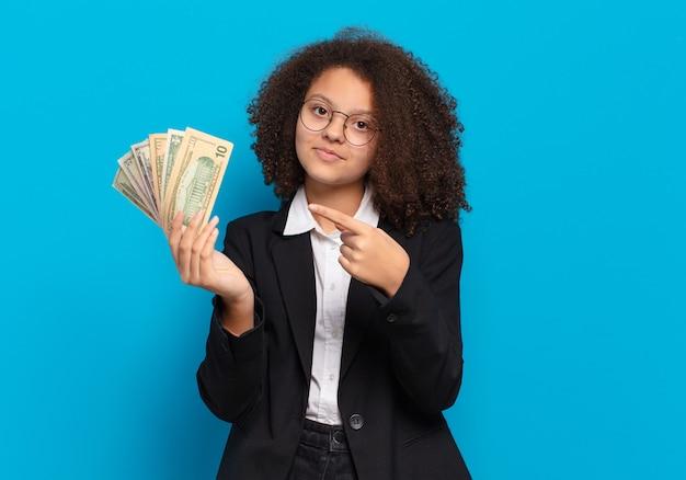 Mooie afro tiener zakelijke meisje met dollar biljetten