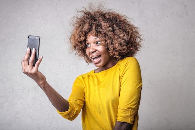 Mooie afro-vrouw die met een vriend spreekt