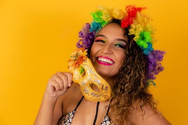 Mooie afro vrouw gekleed voor carnaval.