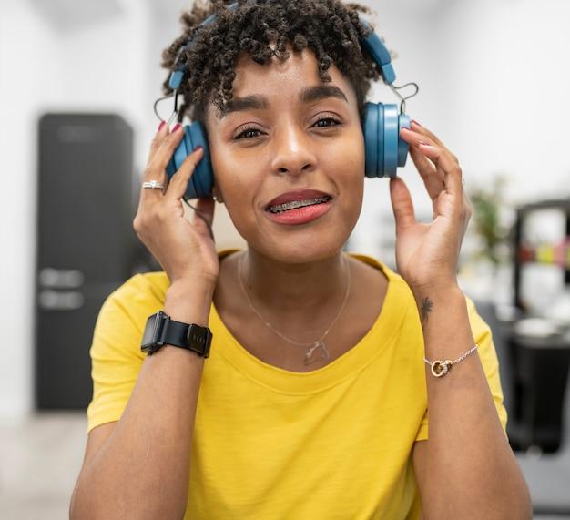 Mooie afro-vrouw werkt met headset tijdens videogesprek