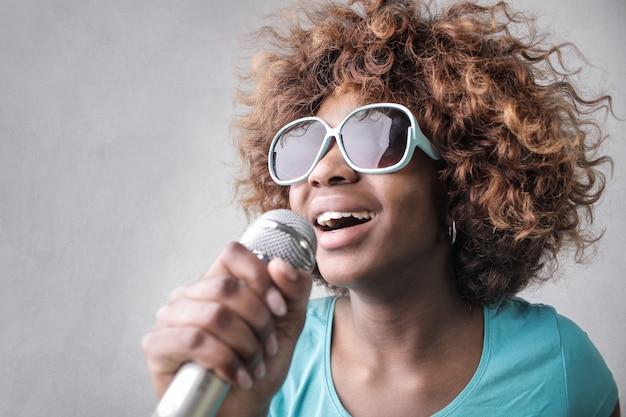 Mooie afro-vrouw zingt