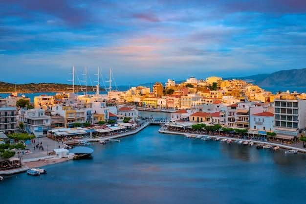 Mooie agios nikolaos stad aan het meer van voulismeni op zonsondergang. eiland kreta, griekenland