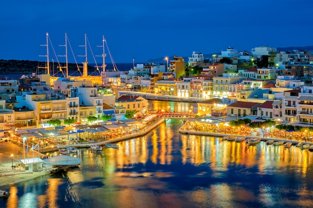 Mooie agios nikolaos stad aan het meer van voulismeni 's nachts. lasithi regio van kreta, griekenland