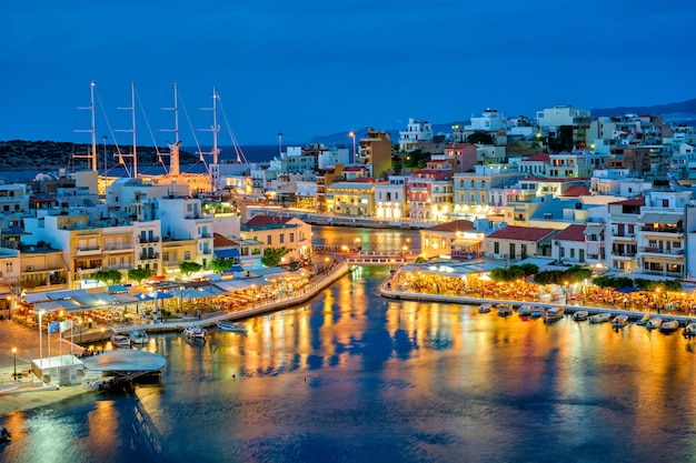 Mooie agios nikolaos-stad bij nacht. lasithi regio van kreta, griekenland