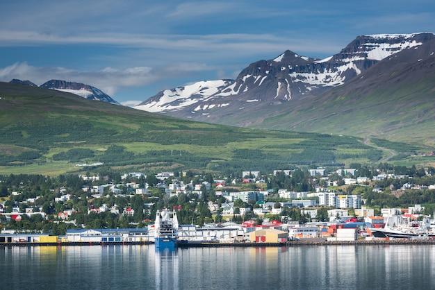 Mooie akureyri-stad in ijsland in de zomer