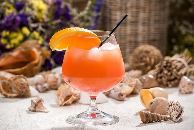 Mooie alcoholische cocktail, op een houten tafel