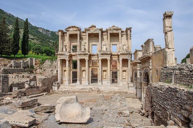 Mooie antieke stad in turkije efeze met beroemde bibliotheekruïnes op de voorgrond