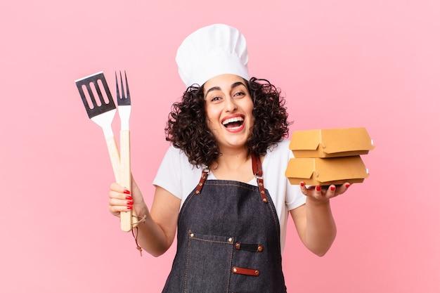 Mooie arabische barbecuechef met afhaalburgers