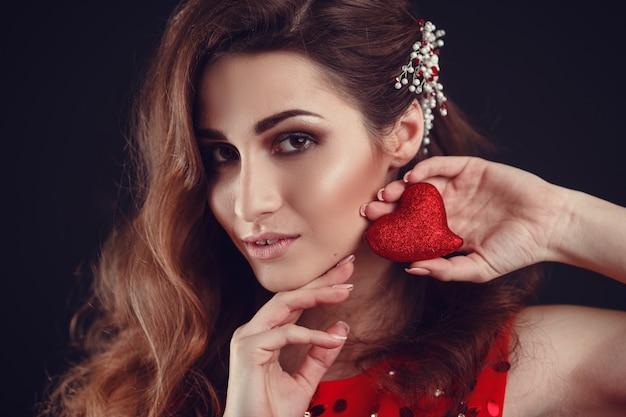 Mooie arabische of latijns-amerikaanse vrouw in rode jurk