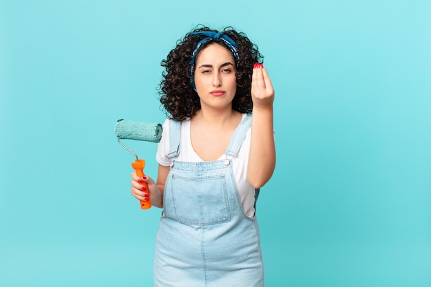 Mooie arabische vrouw die capice of geldgebaar maakt en zegt dat je moet betalen. schilderij thuis concept