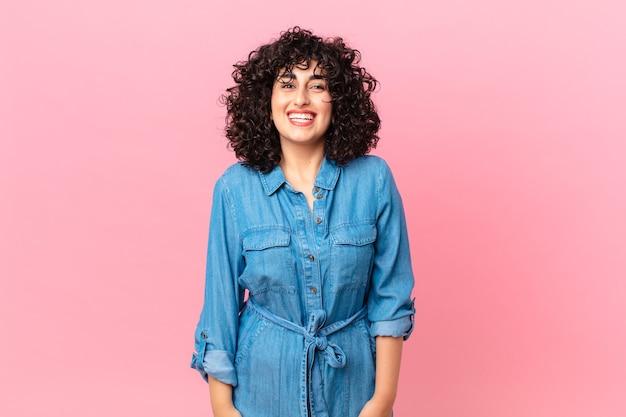 Mooie arabische vrouw die er blij en aangenaam verrast uitziet
