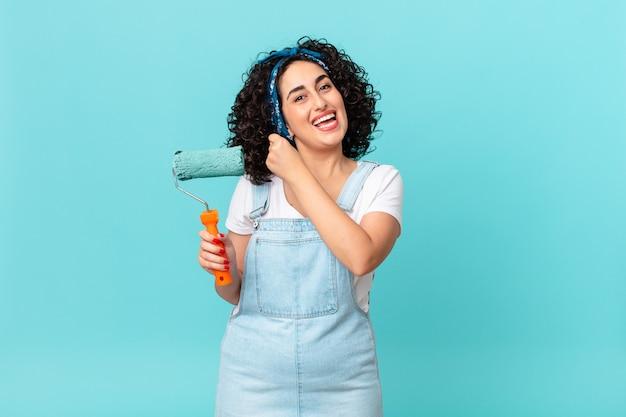 Mooie arabische vrouw die zich gelukkig voelt en een uitdaging aangaat of viert. schilderij thuis concept