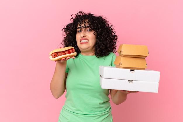 Mooie arabische vrouw met afhaalmaaltijden voor fastfood