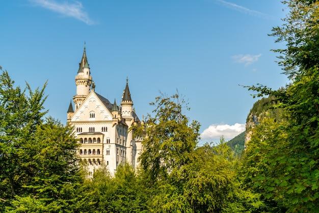 Mooie architectuur bij kasteel neuschwanstein in de beierse alpen van duitsland.