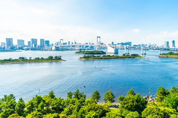 Mooie architectuur de bouwcityscape van de stad van tokyo met regenboogbrug