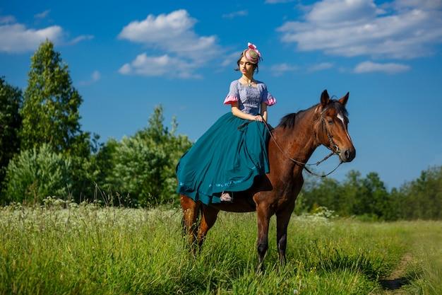 Mooie aristocraat in een jurk op een paard
