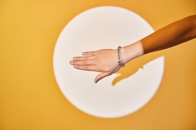 Mooie armband aan een hand