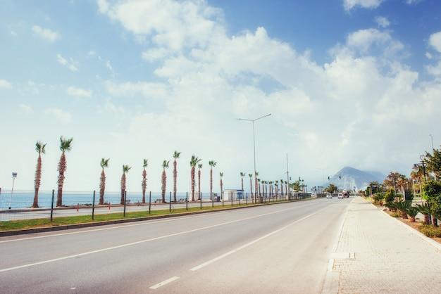 Mooie asfaltweg die langs de zee loopt