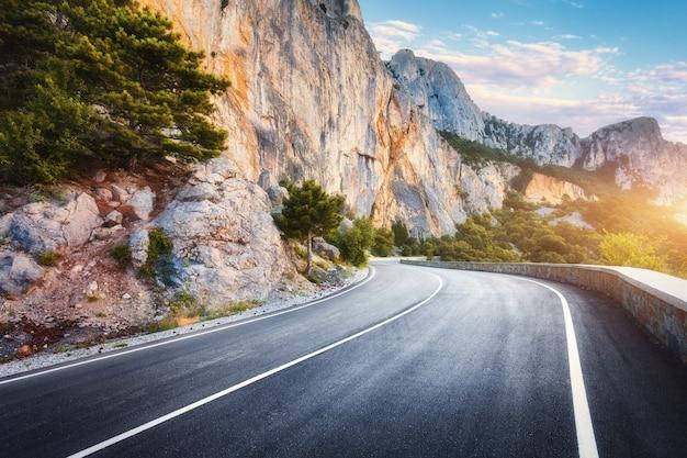 Mooie asfaltweg in de herfst.