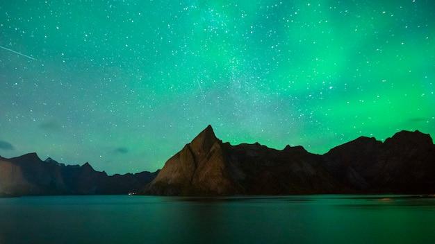 Mooie aurora boreal in lofoten-eilanden