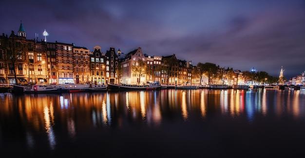 Mooie avond in amsterdam. verlichting van gebouwen