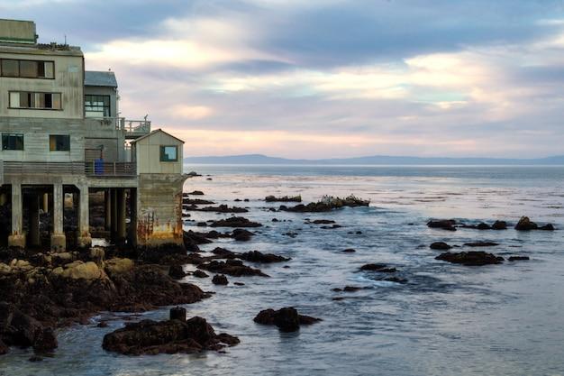 Mooie avondhemel en oude kustgebouwen in monterey, californië