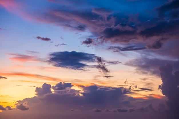 Mooie avondlucht met wolken, zonsondergang, abstracte onscherpe achtergrond.