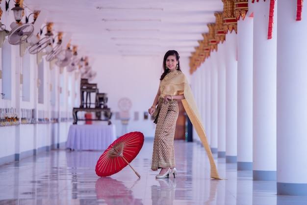Mooie aziaat met welkome uitdrukking. schoonheid fantasie thaise vrouw.