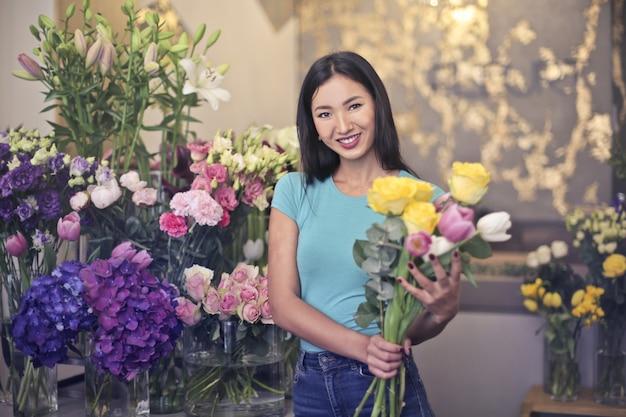 Mooie aziatische bloemist