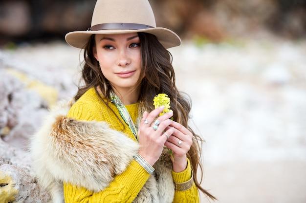 Mooie aziatische de stijlboho van de meisjeskleding openlucht. vrouw in hoed. outdoor recreatie.